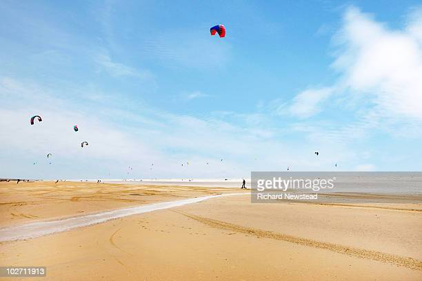 kite boarder on beach - image photos et images de collection