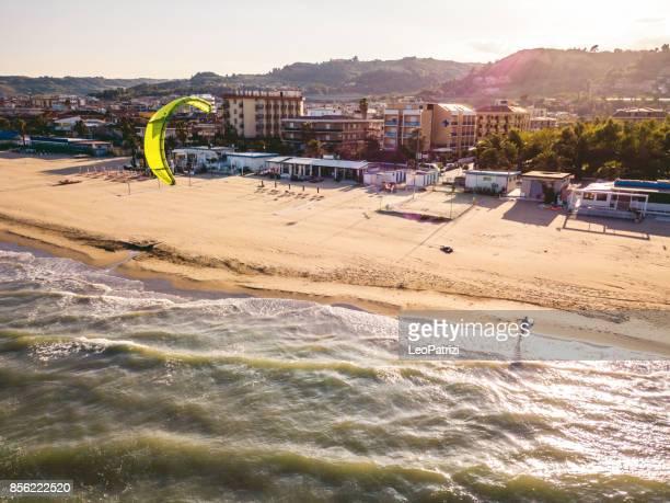 kite surf da solo sulla spiaggia - marche italia foto e immagini stock