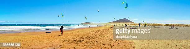 Surf cerf-volant sur le long de la plage El Medano