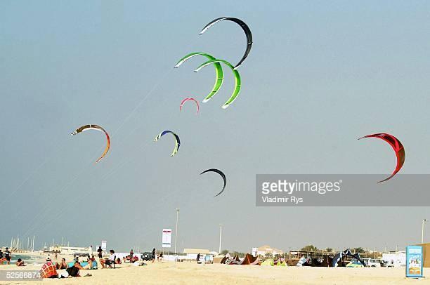 Kiteboarding Freizeitsport 2004 in Jumeira Funsport KiteBoarding am Strand von Dubai 100104