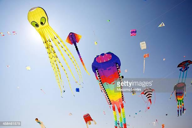 kites - vlieger stockfoto's en -beelden