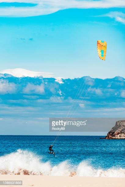 kitesurf foil: la nuova versione del kiteboarding a praia do martinhal, sagres, portogallo - sagres foto e immagini stock