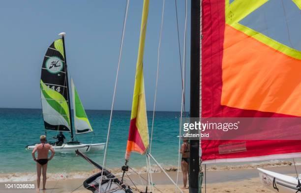 Kitesurfer in der Naehe von Morro Jable auf der kanarischen Insel Fuerteventura in Spanien.