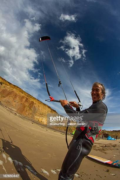 kitesurfing at compton bay, isle of wight - s0ulsurfing stock-fotos und bilder