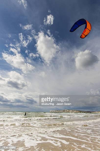 kitesurfing at compton bay, isle of wight - s0ulsurfing stockfoto's en -beelden