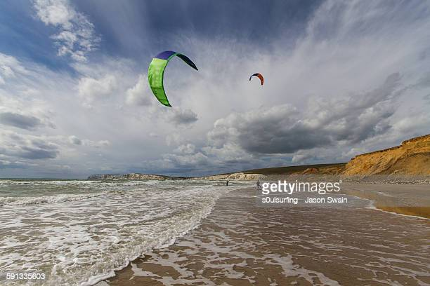 kitesurfing at compton bay, isle of wight - s0ulsurfing stock-fotos und bilder