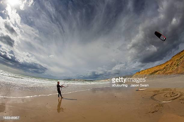 kitesurfing fisheye at compton bay - s0ulsurfing stock-fotos und bilder