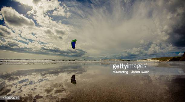 kitesurfing fisheye at compton bay - s0ulsurfing stock pictures, royalty-free photos & images