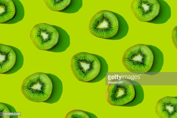 kiwi fruit pattern on green background - part of a series photos et images de collection