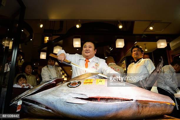 Kiyoshi Kimura president of Kiyomura KK center poses with a tuna at a Sushi Zanmai restaurant in Tokyo Japan on Thursday Jan 5 2017 Kiyomura KK...