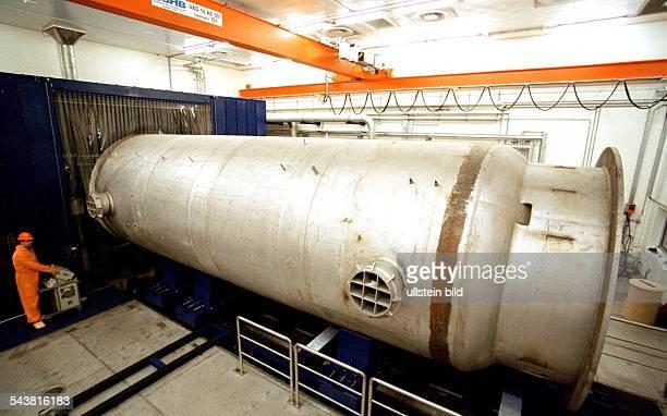 Im Zwischenlager Nord des KKW Lubmin wird gegenwärtig die größte Säge der Welt erprobt Die 3 Mio DM teure Maschinenanlage hat eine Spannweite von 450...