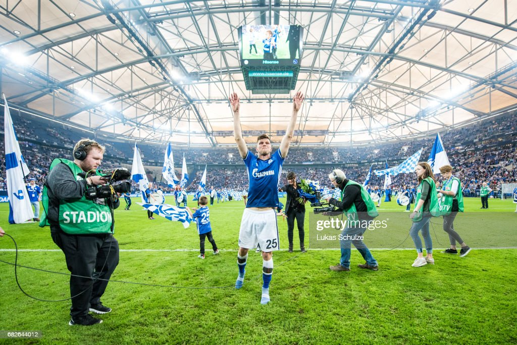 Klaas-Jan Huntelaar celebrates with fans one of his last matches for Schalke 04 after the Bundesliga match between FC Schalke 04 and Hamburger SV at Veltins-Arena on May 13, 2017 in Gelsenkirchen, Germany.