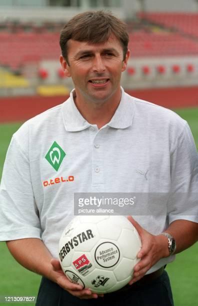 Klaus Allofs, der neue Sportdirektor des Fußball-Bundesligisten Werder Bremen, posiert am 15.7.1999 im Weser-Stadion für die Fotografen. Allofs wurde...