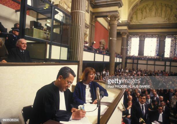 Klaus Barbie lors de l'ouverture de son procès assis derrière son avocat Jacques Vergès le 11 mai 1987 à Lyon, France.