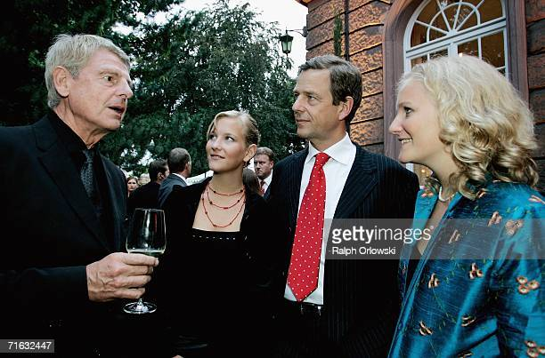 Klaus Bresser TV journalist Claus Kleber and his daughters Alexandra and Caterine attend the premiere of the Nibelungen Festival on August 11 2006 in...