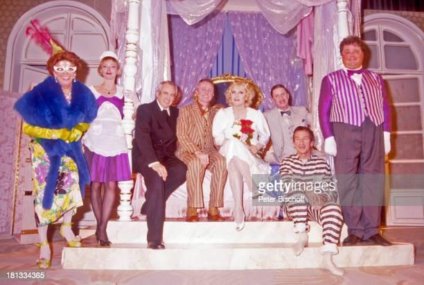 Klaus Dahlen Doris Kunstmann restl Namen auf Wunsch TheaterTourneeTheaterstück 'Lily und Lily' Bremen Deutschland 'Glocke' Bühne Auftritt Kostüm...