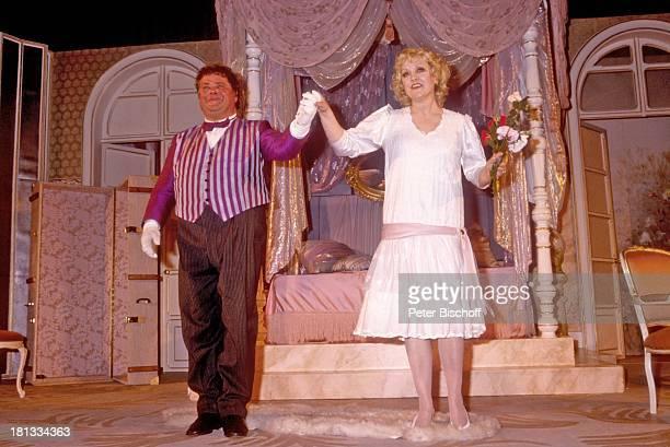 Klaus Dahlen Doris Kunstmann TheaterTourneeTheaterstück 'Lily und Lily' Bremen Deutschland 'Glocke' Bühne Auftritt Kostüm SchlussApplaus Blumenstrauß...