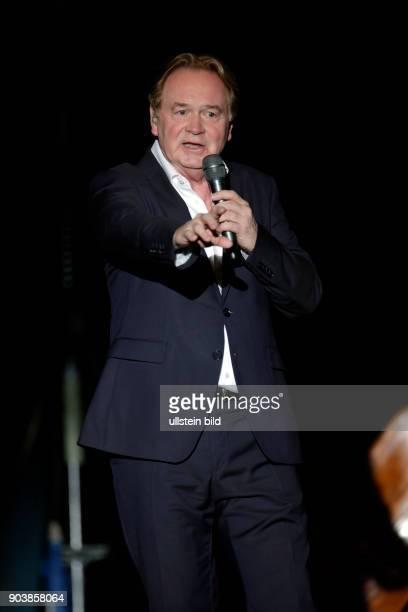 Klaus Hoffmann gastiert in Begleitung von Hawo Bleich Micha Brandt Stefan Genze und Peter Keiser auf seiner 'Leise Zeichen'TourTheater am Tanzbrunnen...