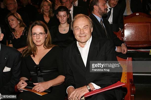 Klaus Maria Brandauer Und Freundin Natalie Krenn Bei Der Verleihung Des 6 Internationalen Buchpreis Corine Im Prinzregententheater In München