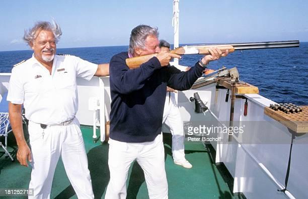 Klaus Thomas Heinz Weiss neben den Dreharbeiten zur ZDFSerie Traumschiff Folge 21 Ägypten Atlantik MS Berlin Kreuzfahrtschiff Kreuzfahrt auf Deck...
