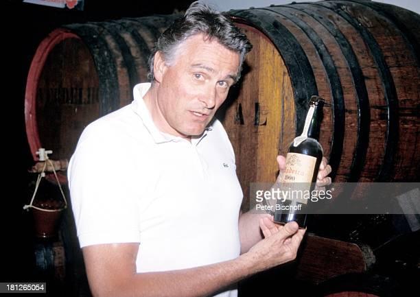 Klaus Wildbolz neben den Dreharbeiten zur ZDFReihe Traumschiff Folge 21 Ägypten MS Berlin Funchal/Madeira/Portugal Weinfässer WeinFlasche Urlaub...
