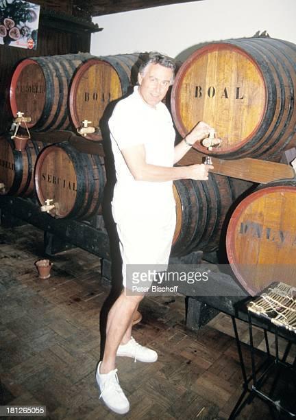 Klaus Wildbolz neben den Dreharbeiten zur ZDFReihe Traumschiff Folge 21 Ägypten MS Berlin Funchal/Madeira/Portugal Weinfässer Glas Getränk Wein...