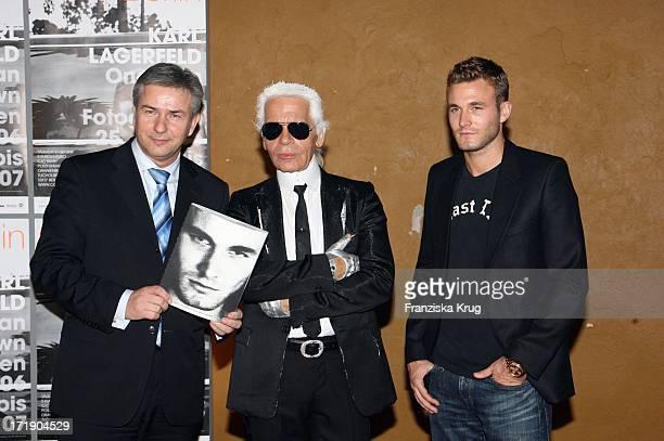 Klaus Wowereit Brad Kroenig und Karl Lagerfeld Bei Der Ausstellungseröffnung One Man Show Von K Lagerfeld In Berlin