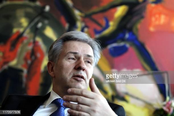 Klaus Wowereit Der regierende SPDBürgermeister von Berlin in seinem Büro im Roten Rathaus