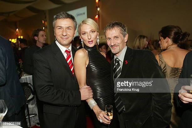 """Klaus Wowereit und Komikerin Desiree Nick und Jörn Kubicki Bei """"Stars 2002 - Die Aids Gala"""" Am 011202 In Berlin Auf"""
