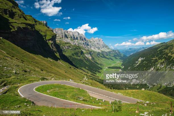klausen pass road, switzerland, swiss alps - bergpass imagens e fotografias de stock