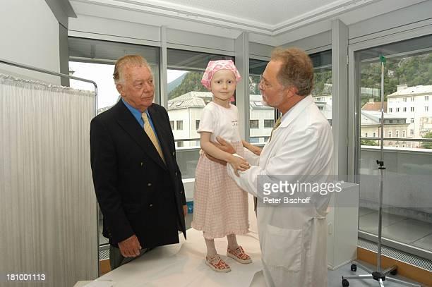 Klausjürgen Wussow sein Freund praktischer Arzt Dr Nikolaus WKlehr dazwischen Alexandra Makiewicz ARDMagazin 'Brisant' Salzburg/ sterreich Praxis...