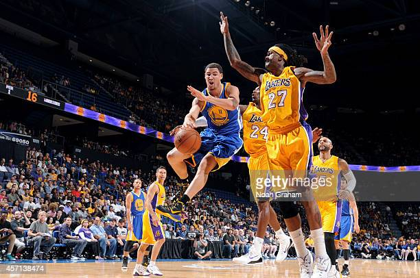 Klay Thompson of the Golden State Warriors passes the ball against Jordan Hill and Kobe Bryant of the Los Angeles Lakers on October 12 2012 at...