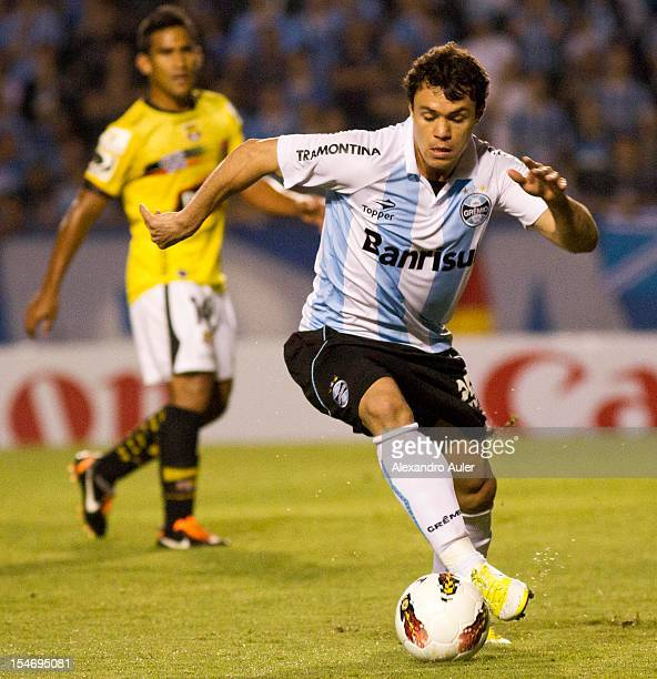 Kleber of Gremio leads the ball during the match between Gremio and Barcelona as part of the eighth stage of the Copa Sudamericana 2012 at Olímpico...