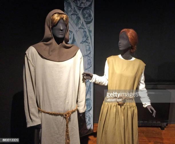 Kleidermode im 13ten Jahrhundert Bauer trug kurze Tunika aus Leinen ohne Untergewand mit einem einfachen Guertel aus gedrehter Schnur und einer Gugel...