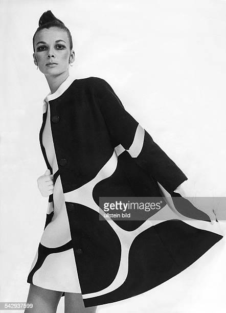 KleidMantelEnsemble aus Orlon mit grafischem Muster und InkrustierungenModell Guy Laroche 1969
