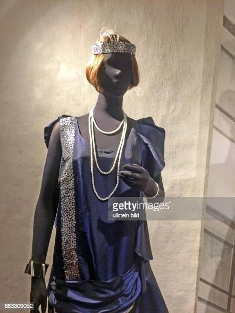 Kleidung einer Englaenderin um 1785 weiter Rock darunter Reifrock mit Hueft und Gesaesspolster dazu eine Bluse mit herabhaengenden Schleifen und...