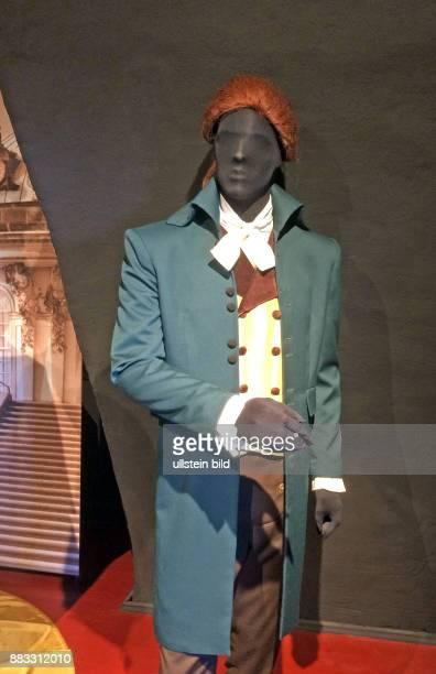 Kleidung eines Englaenders um 1785 Hemd mit Aermelvolants dazu Gehrock mit hoch stehendem Kragen aus dukelgruenem Tuch eine Weste und eine Hose mit...
