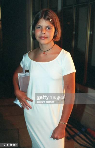 Glas-Tochter Julia Tewaag führt lässig ihr Blachnik-Kleid vor, das sie zur Jubiläumsschau der Modemacherin am 9.9.1999 trug. Die Präsentation der...
