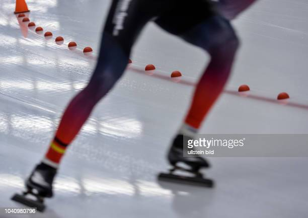 Kleine Plasikhalbkugel auf dem Eis begrenzen die Laufbahn waehrend der Deutschen Eisschnelllauf Meisterschaft in der Max Aicher Arena am 27 Oktober...
