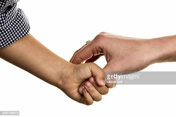 Kleine und große Hand Symbolik für Vertrauen beschützen Geborgenheit