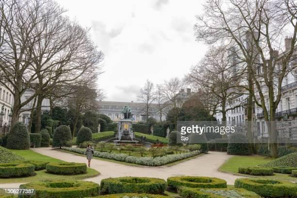 "kleine zavelsquare square du petit sablon park in brussels, belgium - ""sjoerd van der wal"" or ""sjo"" stock pictures, royalty-free photos & images"