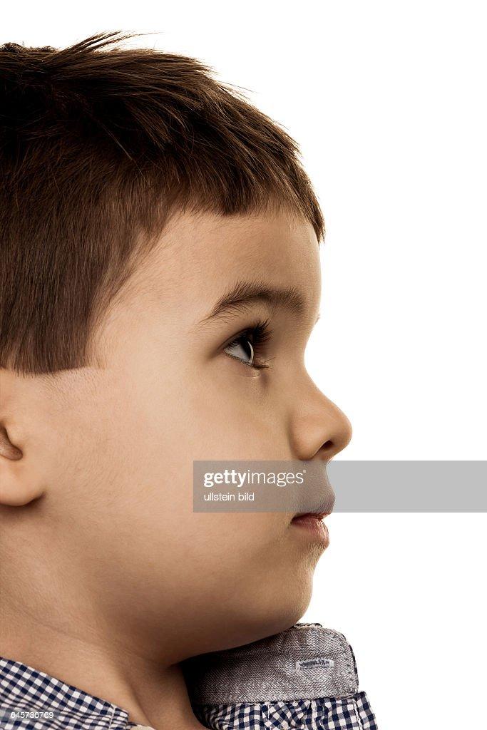 Kleiner Junge schaut unsicher, Symbol für Kindheit, Unschuld, Skepsis : News Photo