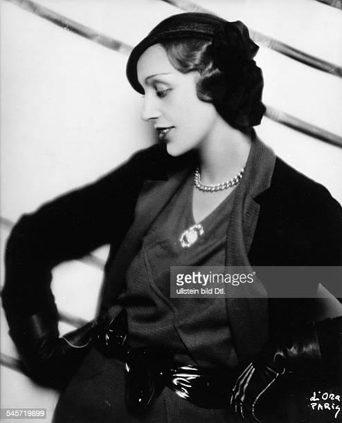 Kleiner schwarzer Hut mit breiter Taftmasche Modell von Le Monnier getragen von Mme Catel Beghin ParisFoto Madame d'Ora 1931