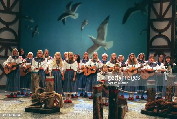 Kleiner Vogel flieg singen die 20 Mädchen der Mühlenhof Musikanten am bei der Generalprobe der Super-Hitparade der Volksmusik in der Saarlandhalle...