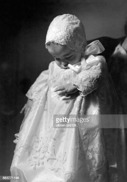 Kleines Baby festlich gekleidet im Taufkleidchen aus Spitze Modell Fru Hiortz Kopenhagen
