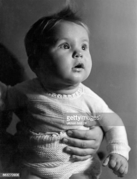 Kleines Kind schaut aufmerksam nach oben Bild ist Teil einer Serie