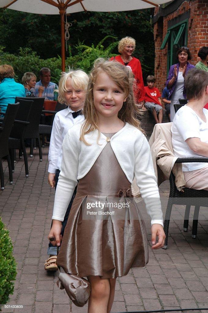 Kleines Mädchen (im Sonntags-Kleid), dahinter Junge, Terrasse vom ...