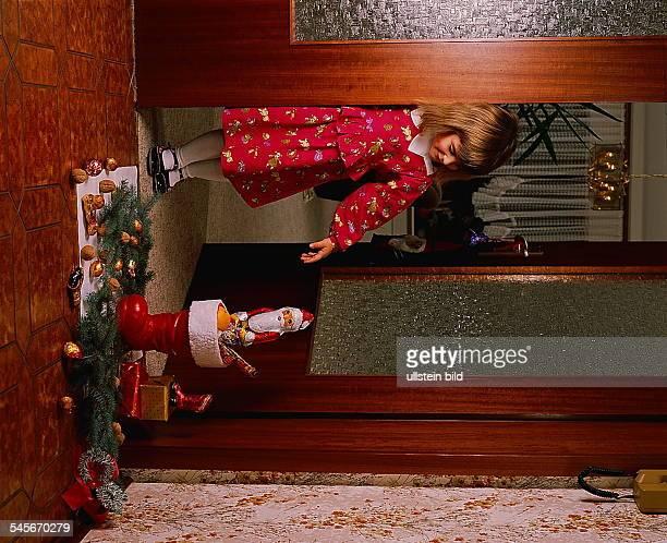 Kleines Mädchen findet gefüllten Nikolaus Stiefel vor der Tür 1994
