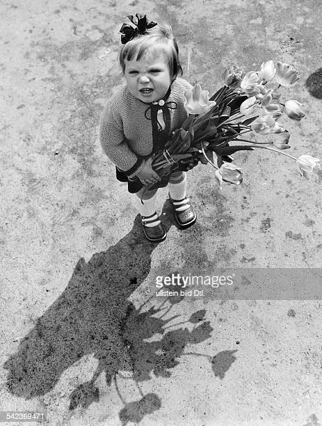 Kleines Mädchen mit Blumenstrauss 1955