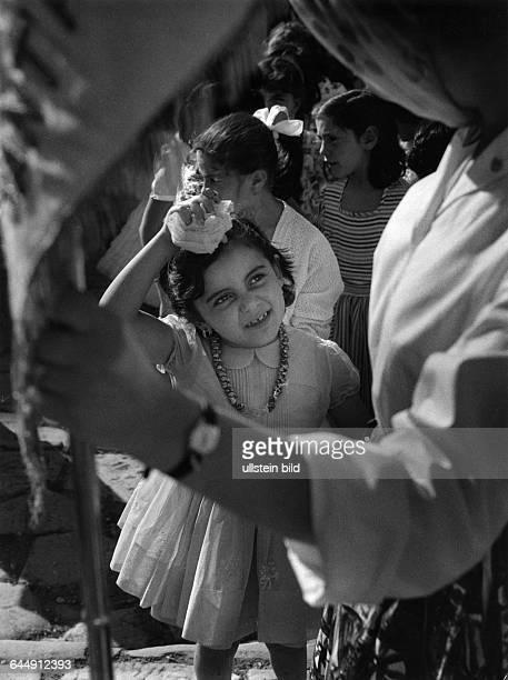 Kleines Mädchen mit Halskette bei einer Prozession in Sorrent